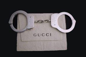 這副要價近「2 百萬」的 Gucci 手銬竟然還點出 Gucci 豪門的暗殺案?