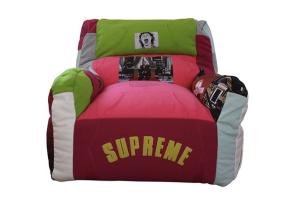 「潮人最完美的傢俱」超狂設計師把 Supreme 單品全拼接成沙發!
