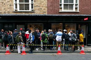 再售商 GG?倫敦警方開始取締在 Supreme 門外轉賣商品的「違法」人士!