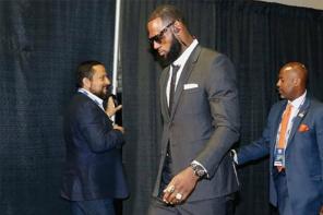 LeBron James 冠軍戰第一場,依舊穿全身「Thom Browne」西裝到場!